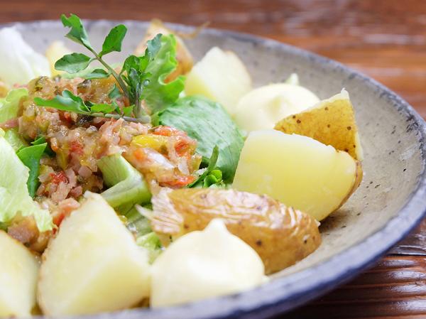 ジャガイモの丸揚げサラダ